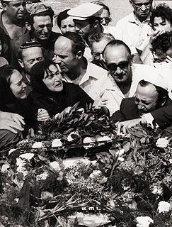 """1972年9月5日,24岁的斯皮尔伯格正在看""""世界体育"""",镜头突然变成了慕尼黑恐怖事件现场,此后几小时他寸步不离电视,感叹:""""我无法相信我看到的不是一部电影。"""""""