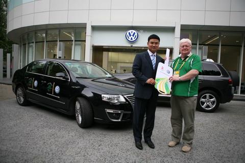 大众汽车集团(中国)市场部总监、市场营销与网络负责人胡波先生将象征奥运用车的钥匙交给爱尔兰奥运代表团团长德莫特先生