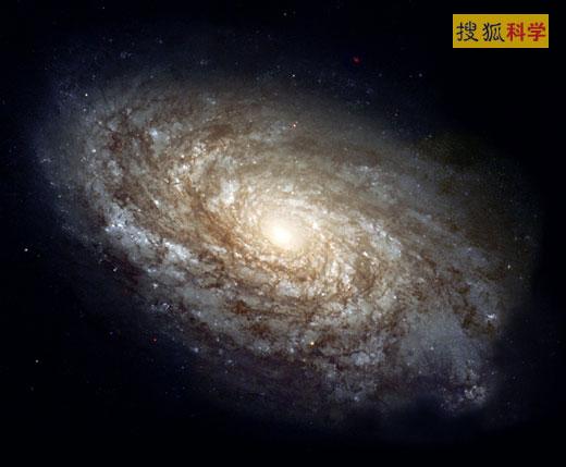 9、螺旋星系   这是美宇航局2007年拍摄的一张距地球3200万光年远的螺旋星系的壮观照片,是由哈勃太空望远镜捕捉到的。这个螺旋星系酷似我们所在的银河系,其形状像是星罗棋布的旋臂从核心旋转而出,形成了一个类似凯瑟琳之轮的壮观图案。旋臂四周清晰可见一个粉红色的明亮区域,这些是氢气的巨大星云,由于来自周围密布的年轻恒星散发的热量,它们不断发出光芒。弥漫于星系中的星尘物质则从星系核心开始一直拖曳到螺旋臂的尾端。