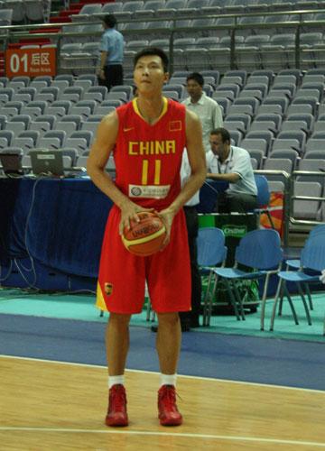 图文:男篮备战澳大利亚 易建联练习远投