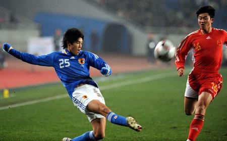 2008年东亚四强赛上内田笃人对峙周海滨