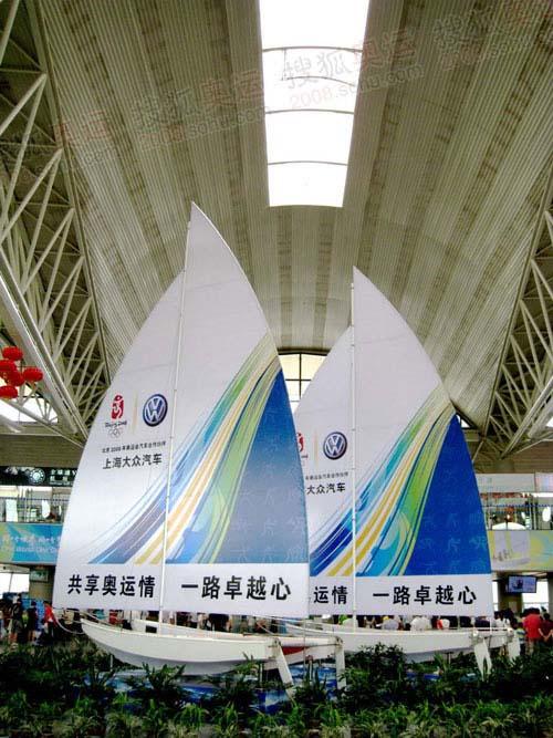 大厅内的帆船广告牌