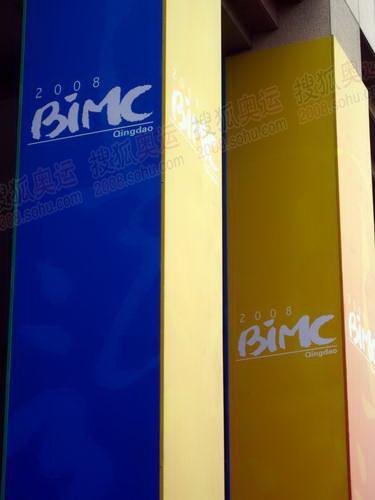 青岛BIMC正门包装上奥运标识的柱子