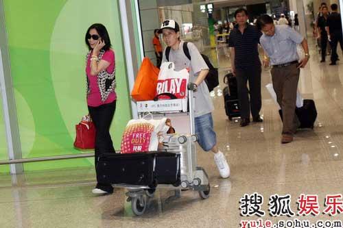 刘嘉玲意外现身北京首都国际机场