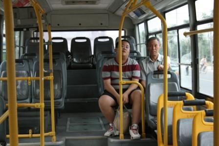 图文:奥运专线遇下班晚高峰 开心的爷孙俩