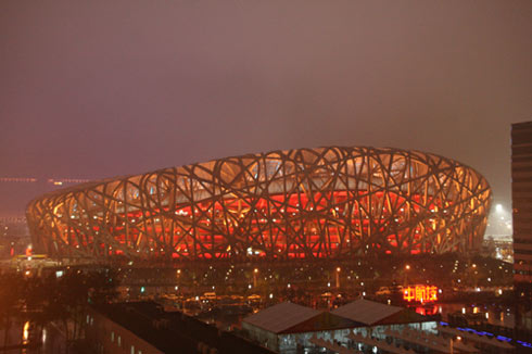 图文:奥运会开幕式彩排 雨中的鸟巢