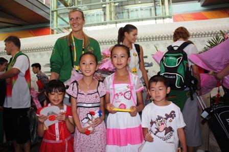 图文:白俄罗斯女篮抵京 一起合影