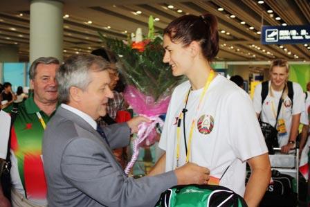图文:白俄罗斯女篮抵京 鲜花献给美女