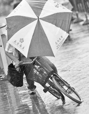 """""""凤凰""""扑来,狂风大作,吹翻了行人的伞     本版摄影 快报记者 施向辉 顾炜"""
