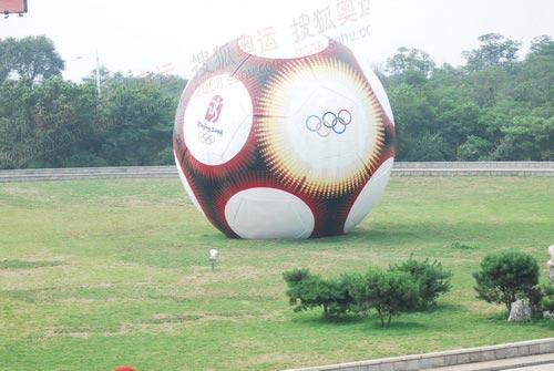 图文:秦皇岛奥运火炬传递 奥运足球
