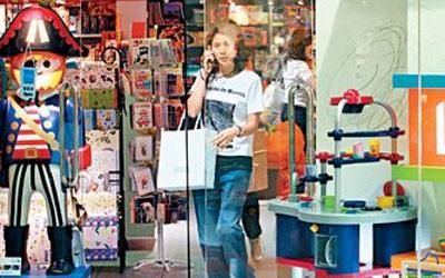 赚了钱,袁咏仪首先想到的是买好东西给儿子