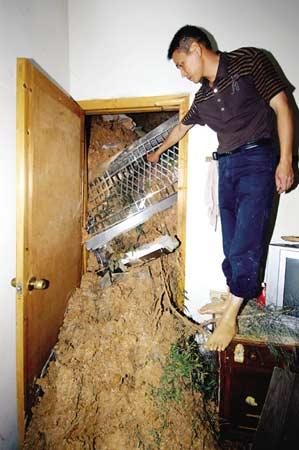 山泥瞬间涌进了房门