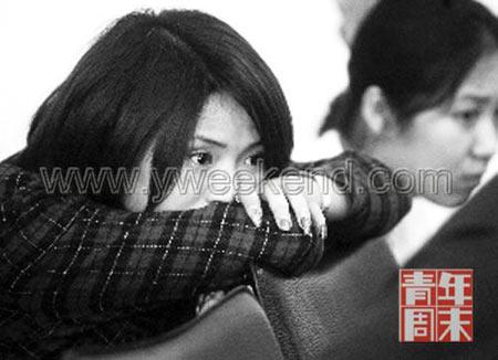 第一次开庭的现场。左为姜岩的姐姐姜红,右为难忍哀伤的网友