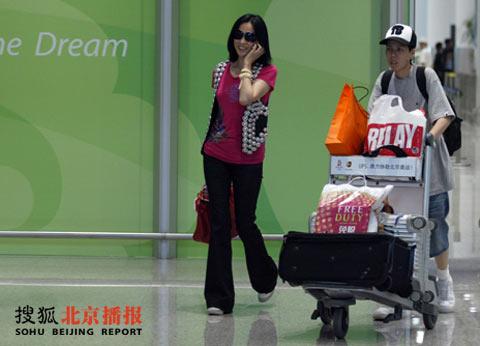 刚刚抵京的刘嘉玲红光满面 不知是否在向伟仔报平安