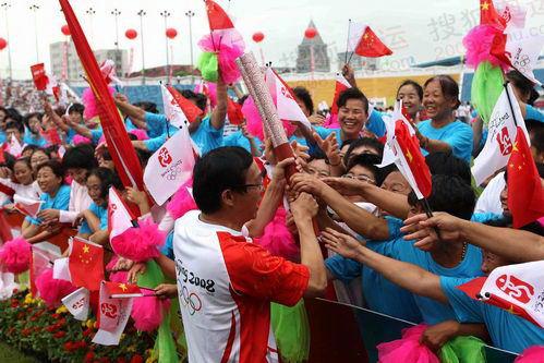 图文:圣火唐山传递 火炬手与市民共享传递快乐