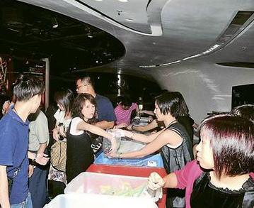 《盗墓3》慈善首映,观众入场皆被搜袋以防止盗录情。