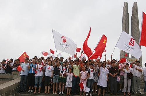 抗震纪念碑前众多观众为圣火呐喊为汶川加油