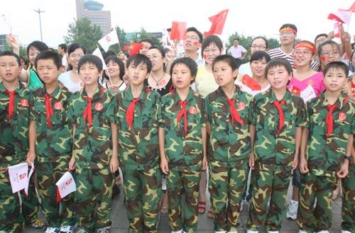 """四川灾区的孩子们在抗震纪念碑前高呼""""北京加油!四川加油!"""""""
