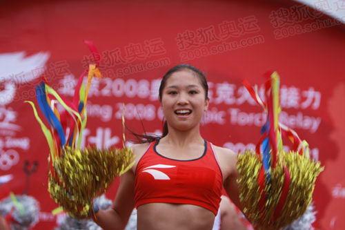 图文:奥运圣火在唐山传递 起跑仪式表演拉拉操