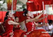 图为:奥运会开幕式彩排 女引导员在场外静候