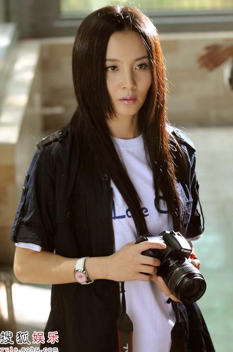 陶红扮演摄影记者