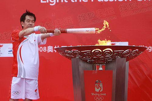 图文:末棒火炬手唐山市市长陈国鹰点燃圣火盆
