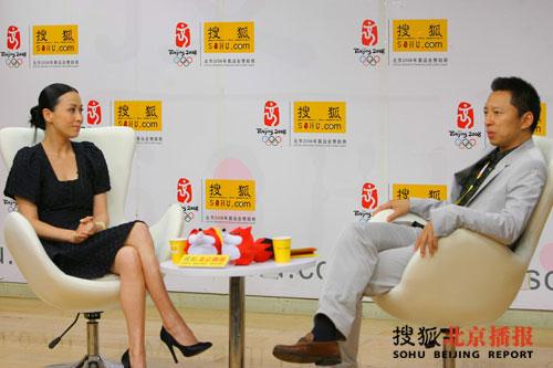 刘嘉玲在搜狐的演播室接受张朝阳的采访