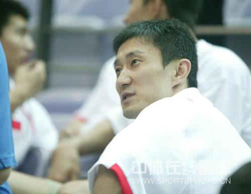 图文:中国男篮观战钻石杯 杜锋在比赛现场