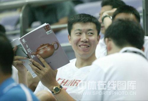 图文:中国男篮观战钻石杯 王治郅笑容诡异