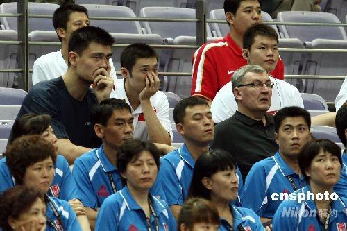 中国队主教练尤纳斯率姚明等球员在观众席上观看比赛