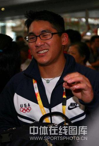 图文:美国体操队击剑队抵京 运动员表情多样