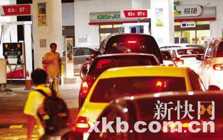 昨晚11时,黄埔大道中石化加油站,车辆排队加油。陈昆仑/摄