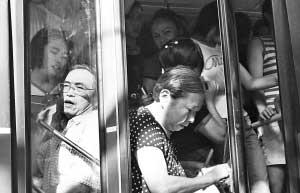7月28日,杨家坪,一辆公交车拥挤不堪 本组图片由记者 钟志兵 实习生 李莉 摄