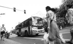 7月28日,823路公交车在路上行驶