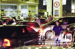 南京三元巷加油站昨晚车满为患。吴胜 摄
