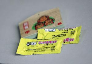"""可爱的卡通""""挂饰"""",表面看是包了两颗口香糖,实际上是安全套。时报记者 萧嘉宁 摄"""
