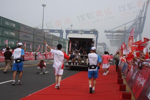 天津站开始传递 首棒劳模孔祥瑞领跑火炬