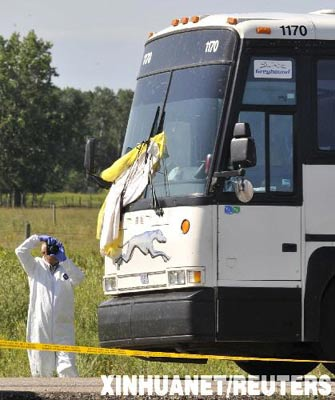 7月31日,一名警察在加拿大波蒂奇拉普雷里以西20公里处的长途客车斩首案的犯罪现场拍照。7月30日夜,一辆由加拿大艾伯塔省埃德蒙顿开往马尼托巴省温尼伯的一辆长途汽车行至此地时,一名乘客用刀猛刺邻座乘客,并割下后者头颅向其他乘客炫耀。警方闻讯赶到后逮捕了行凶男子,但拒绝向外界透露有关行凶者和受害人身份等涉案信息。 新华社/路透