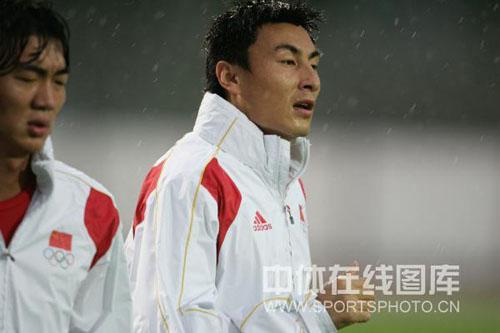 图文:谢亚龙率领国奥冒雨训练 李玮峰表情凝重