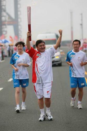 天津站联想第5号火炬手著名艺术家刘欢在传递