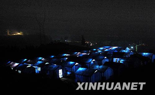 """6月8日,汶川县映秀镇灾民安置点的夜晚""""星""""光点点。新华社记者 李尕 摄"""