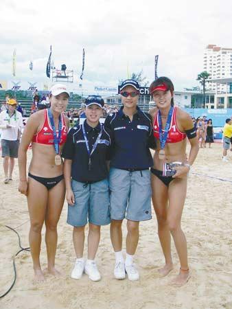 刘红羽(左二)与中国沙排队员在赛场