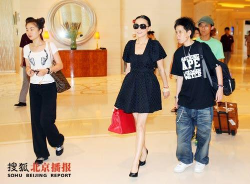 一身黑色短裙盛装从酒店前往奥运村参观