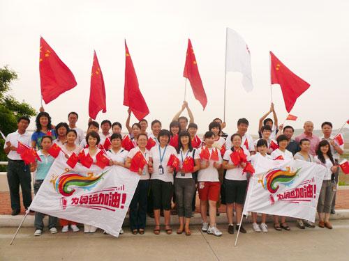 图文:秦皇岛移动员工为奥运加油