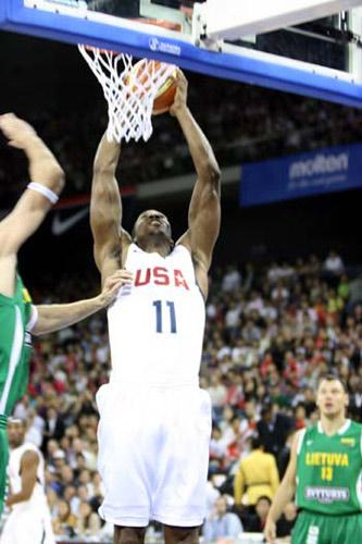 图文:美国男篮VS立陶宛 霍华德灌篮