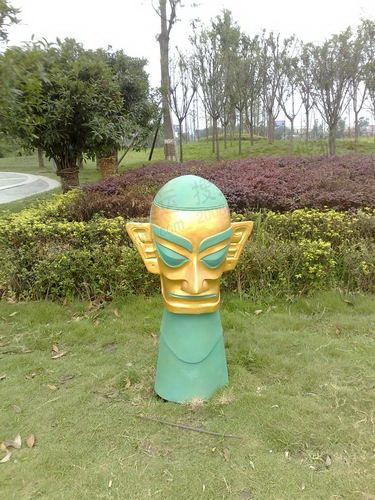 广汉广场上的三星堆雕塑