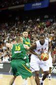 图文:美国男篮VS立陶宛  霍华德欲上篮