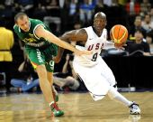 图文:美国男篮VS立陶宛 韦德在比赛中带球进攻