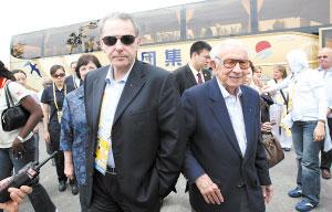 昨日,国际奥委会主席罗格(左)、荣誉主席萨马兰奇参观奥运村