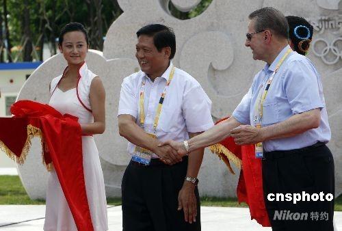 """8月1日,北京奥运村""""和平友谊墙""""正式启动。图为国际奥委会主席罗格与北京奥组委主席刘淇,共同为""""和平友谊墙""""剪彩。 中新社发 杜洋 摄"""